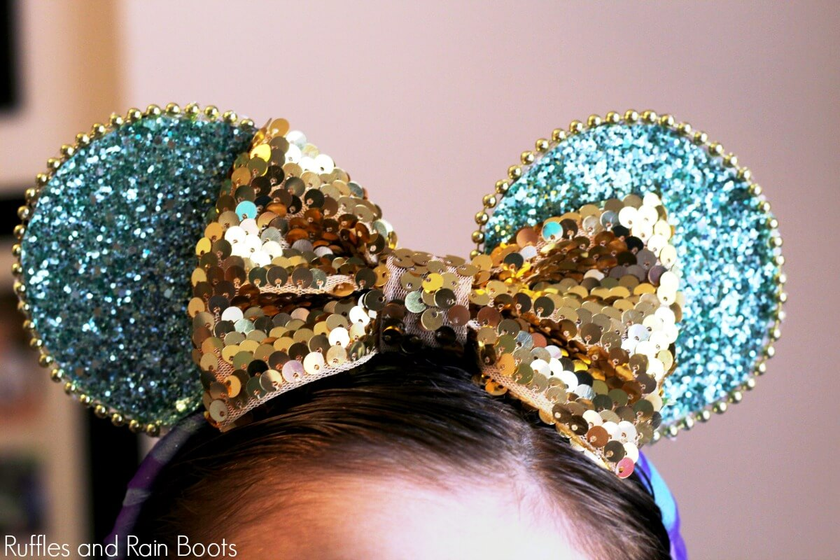 close up of Jasmine Minnie Mouse ears on little girl