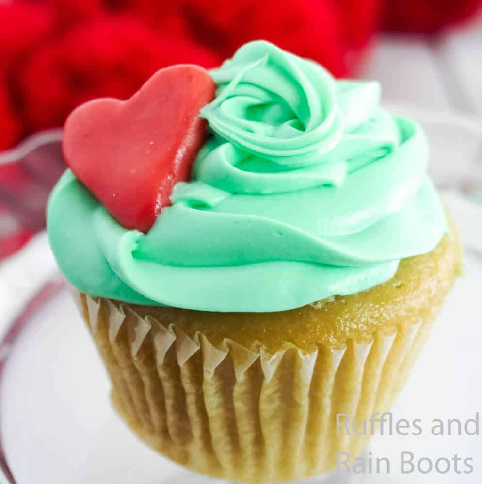 how to make cupcakes for a grinch movie night on a white table