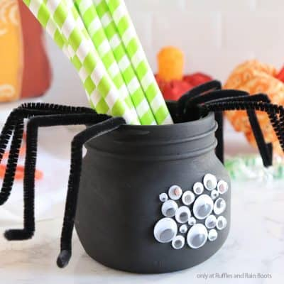This Fun Spider Mason Jar Craft is a Fantastic Halloween Kids Craft!