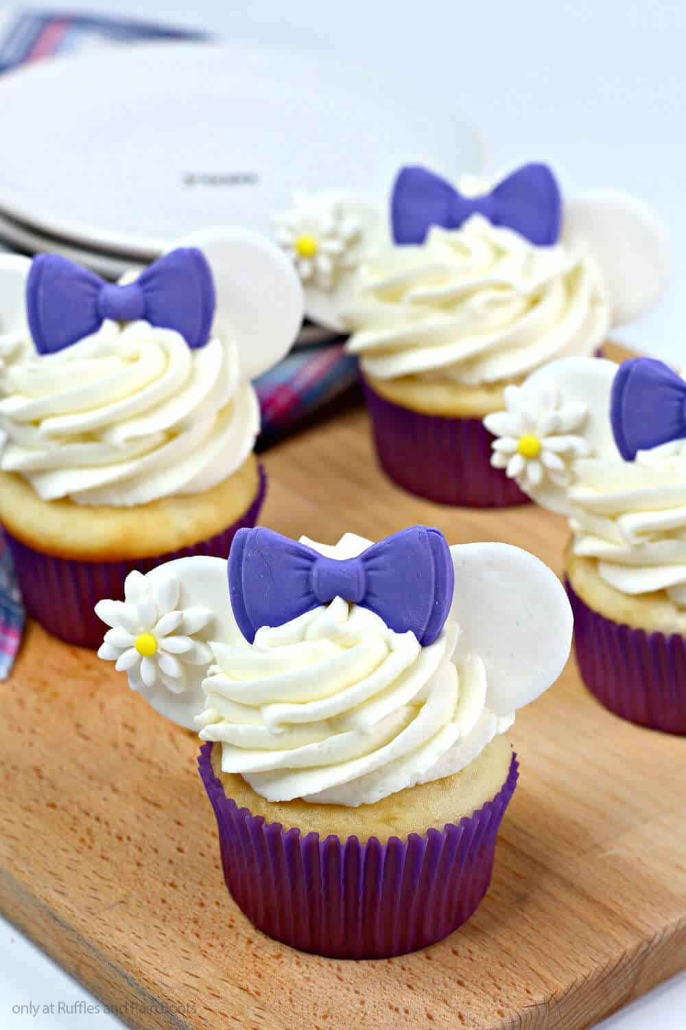 daisy duck cupcakes for a disney party