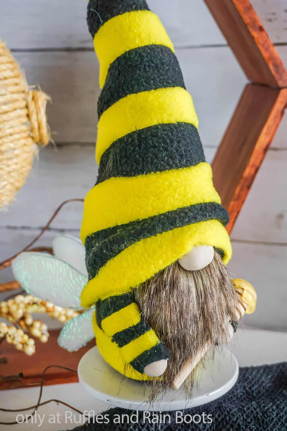 no-sew gnome pattern for a bee gnome