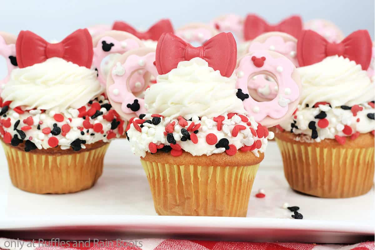 diy minnie mouse cupcakes with fondant donut ears