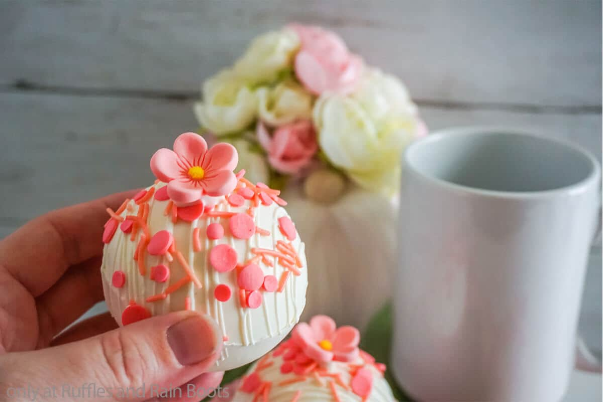make flower hot cocoa bombs